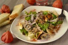 Pilze mit Ei, roter Zwiebel und Kopfsalat Stockbild