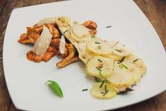 Pilze mit Kartoffeln und Parmesankäse Lizenzfreies Stockfoto