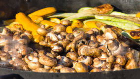 Pilze, Pfeffer, Aubergine, Zucchini auf dem Grill Stockfoto
