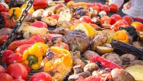 Pilze, Pfeffer, Aubergine, Zucchini, Tomaten auf dem Grill Stockbild