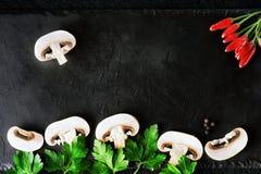 Pilze in Scheiben, Petersilie und Pfeffer Stockfotos