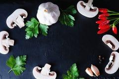 Pilze in Scheiben, Petersilie und Pfeffer Stockbilder