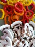 Pilze in Scheiben und Gemüsepaprikas Lizenzfreies Stockbild