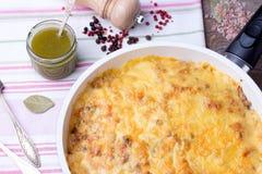 Pilze und Kohlkasserolle in der Bratpfanne mit Pesto, Pfeffer Stockfotografie