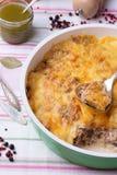 Pilze und Kohlkasserolle in der Bratpfanne mit Pesto, Pfeffer Stockfotos