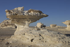 Pilzfelsen in der weißen Wüste stockbilder