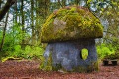 Pilzhaus in einem alten vernachlässigten Park Lizenzfreies Stockbild