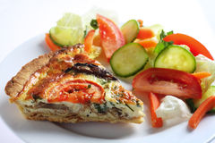 Pilzquiche mit Salat Stockbild
