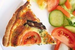 Pilzquiche mit Salat Lizenzfreies Stockfoto