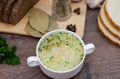 Pilzsuppe mit Croutons in einem weißen Teller ist auf einem Holztisch Lizenzfreies Stockbild