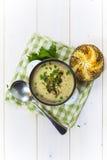 Pilzsuppe mit einem Brötchen und einer Petersilie Stockfoto