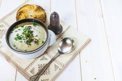 Pilzsuppe mit einem Brötchen und einer Petersilie Lizenzfreies Stockbild