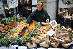 Pilzverkäufer am Stadt-Markt in London, Großbritannien Stockfoto