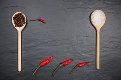 Pimentão com pimenta preta e sal no fundo de pedra rústico Fotografia aérea do alimento da vista Foto de Stock