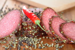 Pimentão e fatias de salami Fotografia de Stock