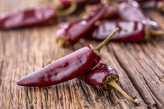 Pimentão pimentas de pimentão vermelho na tabela de madeira Foco seletivo Fotos de Stock Royalty Free