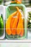 Pimentões na película de plástico no supermercado foto de stock