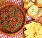 Piment de boeuf avec des puces de pain à l'ail et de tortilla Photo stock