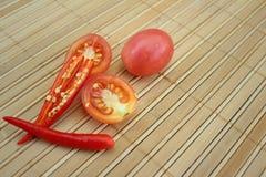 Piment rouge avec des tomates sur le fond en bois photographie stock