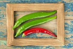 Piment vert sur le fond en bois rustique Photo stock