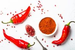 Pimenta à terra, grão de pimenta e pimento de pimentão fresco no branco Foto de Stock Royalty Free