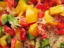 Pimenta búlgara amarela, vermelha e verde no skillet. Fotos de Stock Royalty Free