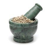 Pimenta branca orgânica & x28; Nigrum& x29 do gaiteiro; no pilão de mármore Imagem de Stock Royalty Free