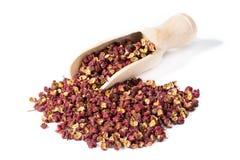 Pimenta chinesa de Sichuan com a pá da especiaria no branco Imagem de Stock Royalty Free