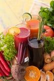 A pimenta da cenoura, da beterraba e de pimentão vermelho mistura o suco Imagens de Stock Royalty Free