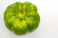 Pimenta de Bell verde com gotas de água no branco foto de stock