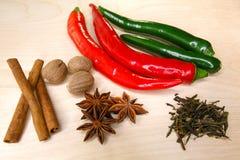 Pimenta de pimentão, canela, anis de estrela e noz-moscada em um quadro-negro Imagem de Stock Royalty Free
