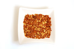 Pimenta de pimentão esmagada na bacia branca quadrada Fotos de Stock Royalty Free