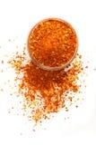 Pimenta de pimentão vermelho à terra isolada no branco Imagem de Stock