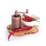 Pimenta de pimentão vermelho moída e secada com moedor fotografia de stock royalty free