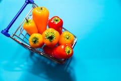 Pimenta de sino doce no fundo azul Foco seletivo Conceito comer da dieta saudável Alimento perdido do peso cópia Foto de Stock Royalty Free