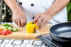 Pimenta do corte do cozinheiro chefe Fotos de Stock