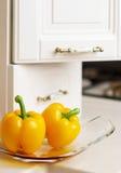 Pimenta doce amarela na tabela de cozinha Foto de Stock