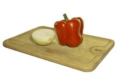 Pimenta doce e cebola na placa de corte fotografia de stock