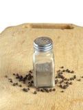 A pimenta e a especiaria rangem na mesa da cozinha isolada Fotos de Stock