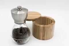 Pimenta e sal em um fundo branco Fotografia de Stock