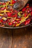 Pimenta e vegetal fritados de pimentão em uma bandeja do frigideira chinesa Imagem de Stock Royalty Free