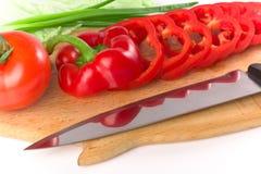 Pimenta fresca madura vermelha cortada na placa de estaca imagens de stock royalty free