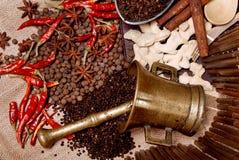 Pimenta preta em uma cubeta e em uma folha de louro Foto de Stock