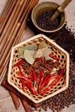 Pimenta preta, estrela do anis e folha de louro na cesta Fotografia de Stock Royalty Free