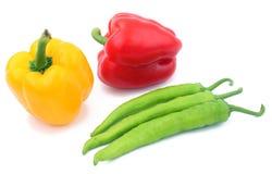 Pimenta verde e amarela vermelha no vagabundos brancos Imagens de Stock Royalty Free