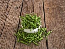 pimenta verde em uma bacia branca foto de stock