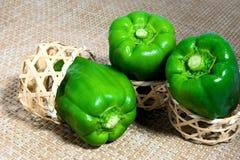 A pimenta verde entrou em uma cesta de bambu pequena foto de stock