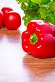 Pimenta vermelha, alface e tomates Fotos de Stock