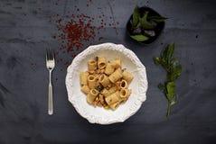 Pimenta vermelha do prato barroco cerâmico luxuoso da forquilha da prata do alimento do estilo Foto de Stock Royalty Free