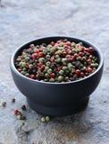 Pimenta vermelha, preta e verde sortido em uma bacia Fotografia de Stock